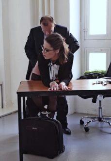 Sekretere Ofiste Masaj Yaparak Güne Başladı